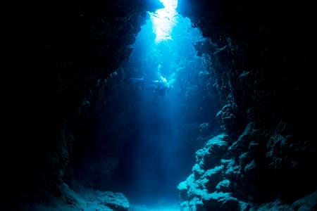 Foto de Rays of sunlight into the underwater cave - Imagen libre de derechos