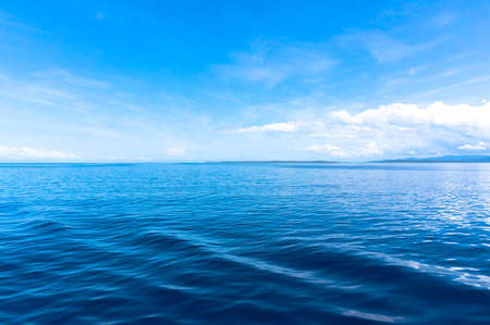 Foto de blue sea blue sky horizon with white Cumulus clouds - Imagen libre de derechos