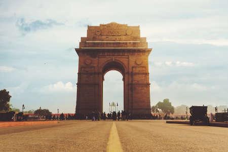 Foto de Dramatic angle view of the India Gate monument in New Delhi, India. A war memorial on Rajpath road - Imagen libre de derechos