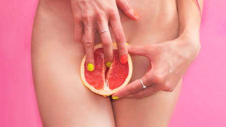 Photo pour Womens secrets. Girl with grapefruit. Citrus Energy, masturbation and handjob. beautiful young sexy woman holding fingers on grapefruit. - image libre de droit