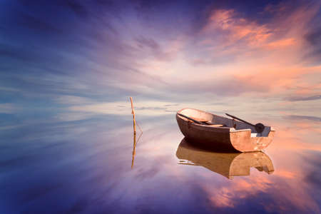 Photo pour Lonely boat and amazing sunset at the sea - image libre de droit