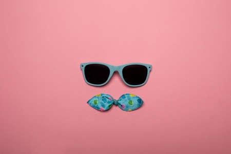 Photo pour Cool sunglasses on pink background - image libre de droit