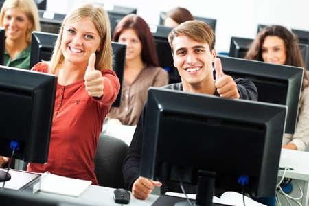 Foto de Students learning in computer lab - Imagen libre de derechos