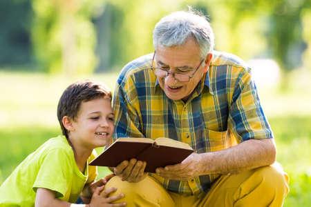 Foto de Grandfather and grandson learning about nature - Imagen libre de derechos