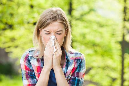 Foto de Woman with allergy symptom blow her nose - Imagen libre de derechos