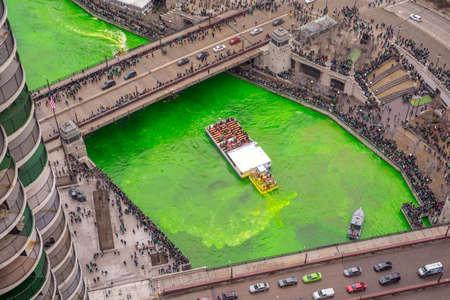 Foto de The Journeyman Plumbers Association turn the Chicago River green on St Patrick's Day, 3/17/2018, by injecting a green dye - Imagen libre de derechos
