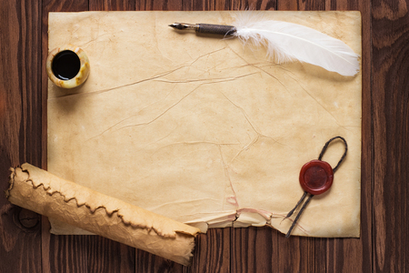 Photo pour paper scroll with feather pen and ink pot on wood background - image libre de droit