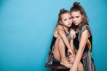 Photo pour two girls near sisters posing - image libre de droit