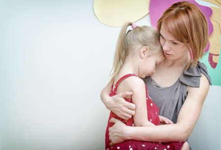 Foto de Mother hugging her sad child. - Imagen libre de derechos