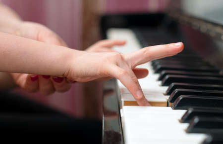 Foto de Woman teaches the child to play the piano. - Imagen libre de derechos