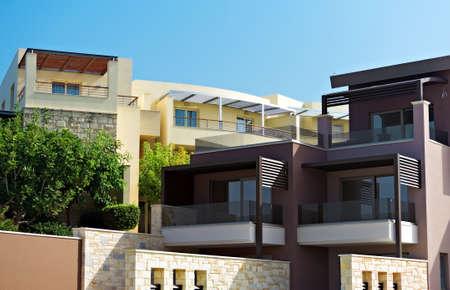 Foto de Two tropical apartment buildings with balconies. - Imagen libre de derechos