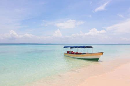 Foto de Boat on the beautiful tropical beach - Imagen libre de derechos