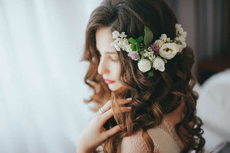 Photo pour Luxury stylish bride sitting on the bed - image libre de droit
