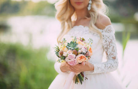 Photo pour bride in nature with a beautiful wedding bouquet - image libre de droit
