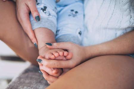 Foto für babys legs, babys and moms hands are interlaced - Lizenzfreies Bild