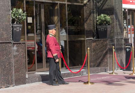Photo pour Kiev, Ukraine - September 18, 2015: Doorman in uniform at work in the street Khreshchatyk - image libre de droit