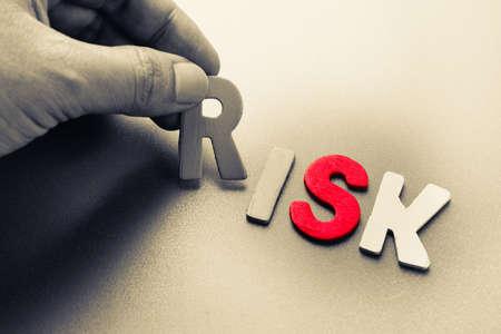 Photo pour Hand arrange wood letters as risk analysis concept - image libre de droit
