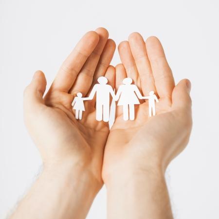 Foto de man hands showing family of paper men - Imagen libre de derechos