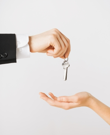 Foto de picture of man hand passing house keys to woman - Imagen libre de derechos