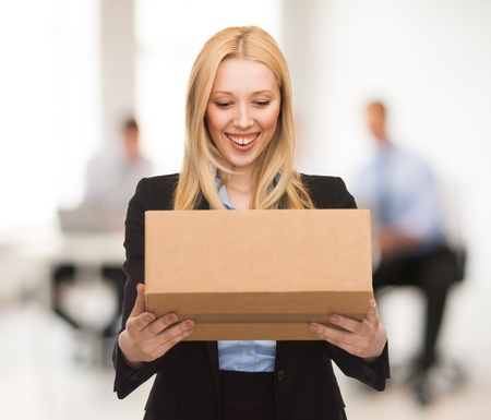 Foto de attractive businesswoman with cardboard box in office - Imagen libre de derechos