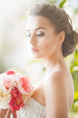 Foto de wedding and beauty concept - young woman with bouquet of flowers - Imagen libre de derechos