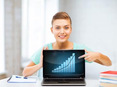 Foto de student showing laptop with graph - Imagen libre de derechos