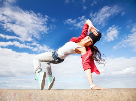 Photo pour sport, dancing and urban culture concept - beautiful dancing girl in movement - image libre de droit