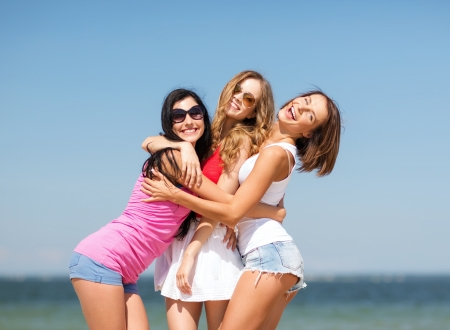 Foto de summer holidays and vacation - group of girls having fun on the beach - Imagen libre de derechos