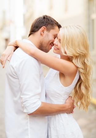 Foto de summer holidays and dating concept - couple in the city - Imagen libre de derechos