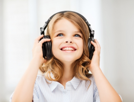 Photo pour home, technology and music concept - little girl with headphones at home - image libre de droit