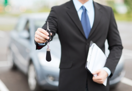 Photo pour transportation and ownership concept - man with car key outside - image libre de droit
