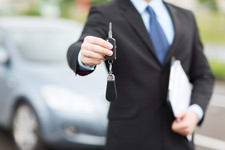 Photo pour transportation and ownership concept - man with car key outside - image libre de droit
