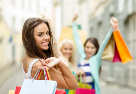 Foto de sale, shopping, tourism and happy people concept - beautiful woman with shopping bags in the ctiy - Imagen libre de derechos