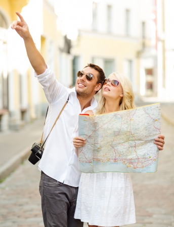 Photo pour summer holidays, dating and tourism concept - smiling couple in sunglasses with map in the city - image libre de droit