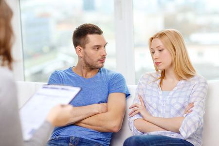 Foto de love, family, phychology and relationship problems concept - young couple with a problem at psychologist office - Imagen libre de derechos