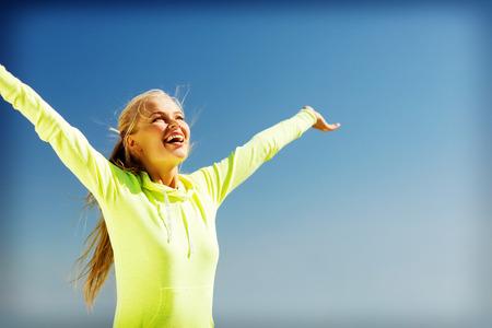 Foto de sport and lifestyle concept - woman doing sports outdoors - Imagen libre de derechos