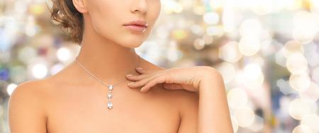 Photo pour wedding, bridal, jewelry and luxury concept - beautiful woman wearing shiny diamond necklace - image libre de droit
