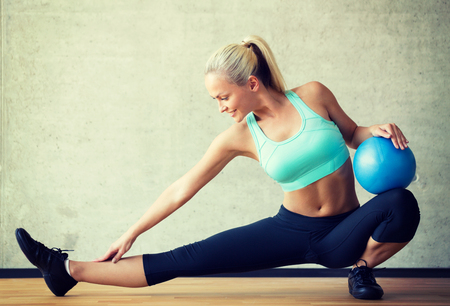 Foto de fitness, sport, training and lifestyle concept - smiling woman with exercise ball in gym - Imagen libre de derechos