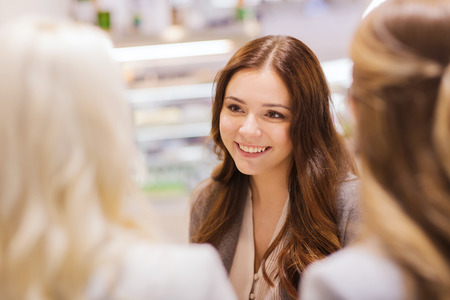Foto de communication, friendship and people concept - happy young women meeting and talking in mall or city - Imagen libre de derechos