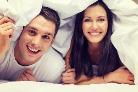 Photo pour hotel, travel, relationships, and happiness concept - happy couple in bed - image libre de droit