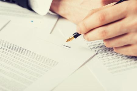 Foto de close up picture of man hand signing contract - Imagen libre de derechos