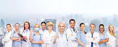 Foto de healthcare and medicine concept - smiling doctors and nurses with stethoscope - Imagen libre de derechos