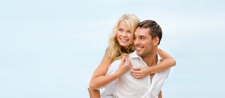 Photo pour summer holidays, celebration and dating concept - couple at seaside - image libre de droit