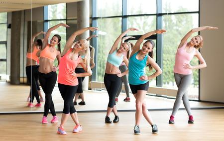 Foto de fitness, sport, training, gym and lifestyle concept - group of women working out in gym - Imagen libre de derechos