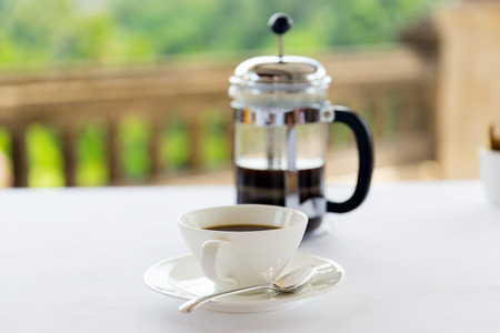 Photo pour drinks, energetic, morning and caffeine concept - cup of black coffee and french press on table at restaurant - image libre de droit