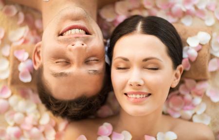 Photo pour faces of couple in spa salon lying on the massage desks - image libre de droit