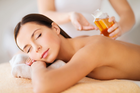 Foto de beauty, spa, resort and relaxation concept - beautiful woman in spa salon - Imagen libre de derechos