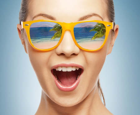 Photo pour amazed girl in shades with beach reflection - image libre de droit
