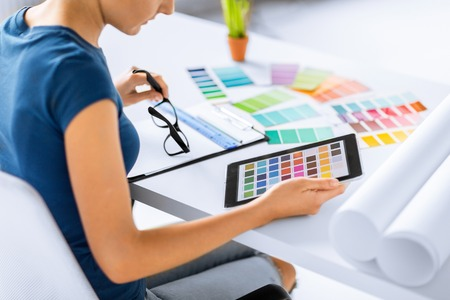 Foto de woman working with color samples for selection - Imagen libre de derechos