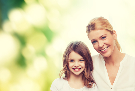 Photo pour family, childhood, happiness, ecology and people - smiling mother and little girl over green background - image libre de droit